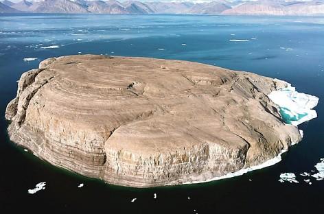 Dėl negyvenamos salos Arktyje kariauja viskiu